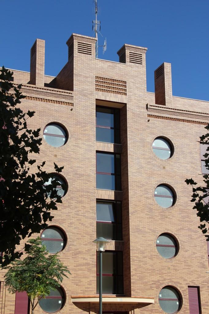 Edificio de 76 viviendas, locales comerciales, trasteros y garajes. Superficie: 9.218 m2. Calle Miguel Delibes 7 y 9. Bloques 5 y 6. Sector Sur-R8. Azuqueca de Henares. Guadalajara. 2006