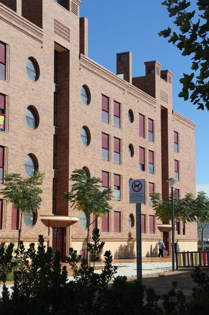 Edificio de 76 viviendas, locales comerciales, trasteros y garajes.<br />Superficie: 9.218 m2. Calle Miguel Delibes 7 y 9. Bloques 5 y 6. Sector Sur-R8. Azuqueca de Henares.