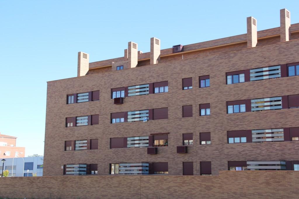 Edificio de 32 vivendas y garajes. Superficie: 2.724 m2. Parcela M5 sector SUR-R8. Azuqueca de Henares. Guadalajara. 2003