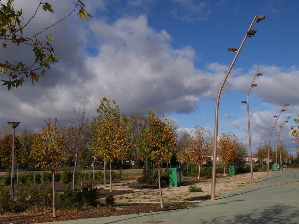 LUMINARIAS PASEO PRINCIPAL. Parque municipal de ferias y congresos. Superficie: 52.005 m2. Carretera Cabanillas Marchamalo. Marchamalo. Guadalajara. 2006