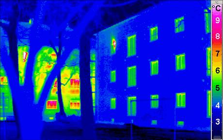 Imagen termográfica que muestra la diferencia entre un edificio convencional a la izquierda y uno pasivo a la derecha. Cuanto más se acercan los colores al magenta más pérdidas de calor tiene la fachada.