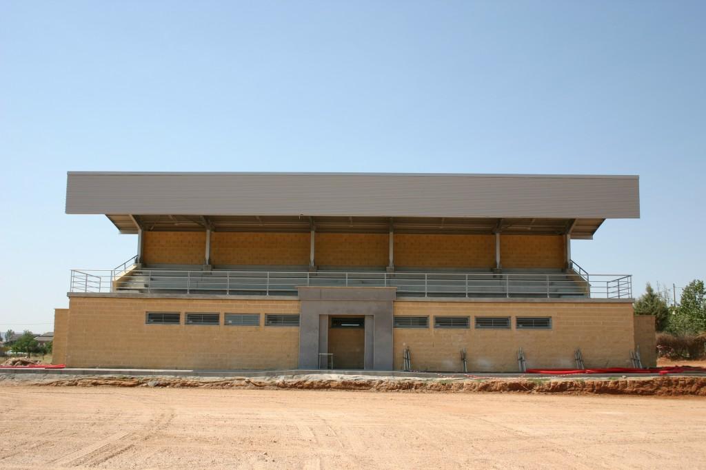 Vestuarios y graderio para campo de fútbol. Superficie: 206 m2. Camino de San Miguel s/n. Marchamalo. Guadalajara. 2004